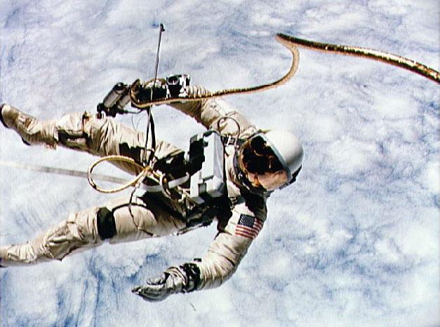 White ve volném vesmíru s hodinkami na ruce